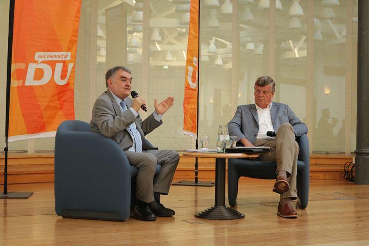 Innenminister des Landes Nordrhein-Westfalen Herbert Reul im Gespräch mit Hans-Peter Lindlar © Hellwig